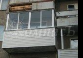 П-образный балкон, алюминиевое остекление и обшивка сайдингом
