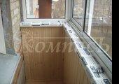 Остекление балкона и его обшивка, идёт монтаж
